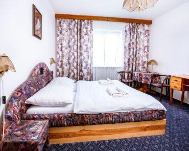 Manželská postel v pokoji Economy