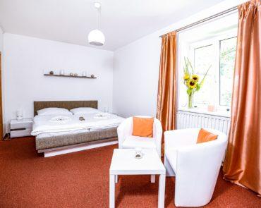 Ložnice s manželskou postelí ve Wellness apartmánu